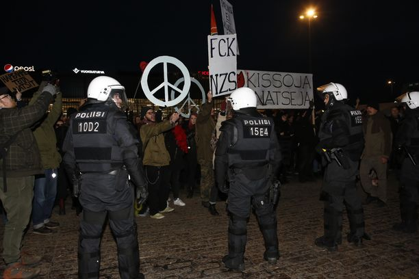Poliisilla ei ollut juurikaan vaikeuksia vastamielenosoittajien kanssa uusnatsikulkueella. Kansallismieliseltä 612-marssilta sen sijaan otettiin kiinni häiriköitä, jotka vastustivat marssia.