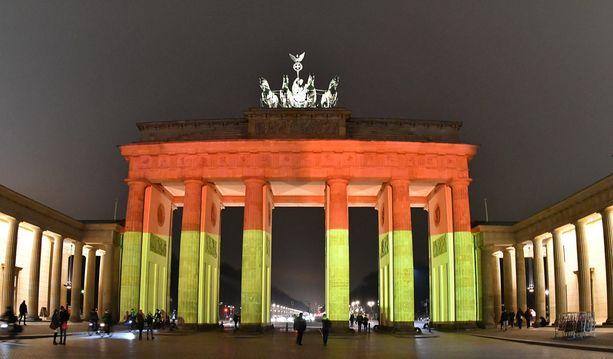 Brandenburgin portti valaistiin rekkaiskun uhrien muistoksi.