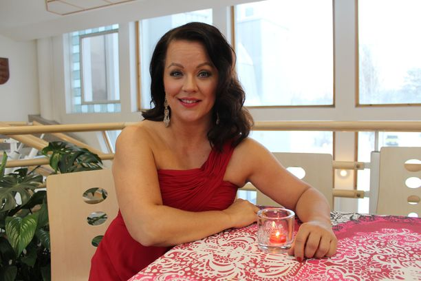 Heidi Pakarinen on kiitollinen siitä, että hänen rakastamiaan töitä riittää, vaikka tangokruunusta tuli kesällä jo kuusi vuotta.
