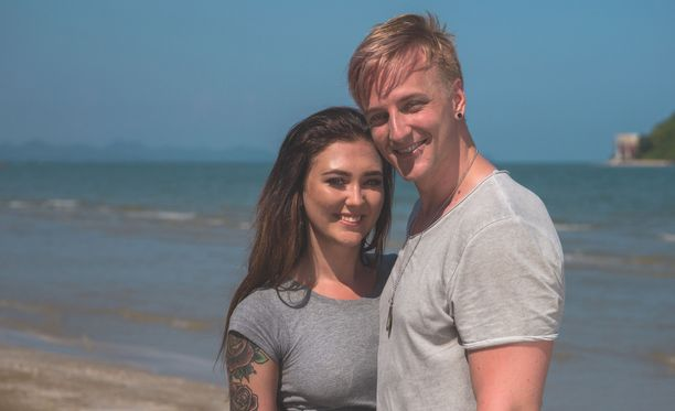 Jonna ja Elias menevät viimein loppuun asti. Aiemmin he olivat keskittyneet lähinnä puhumaan seksistä.