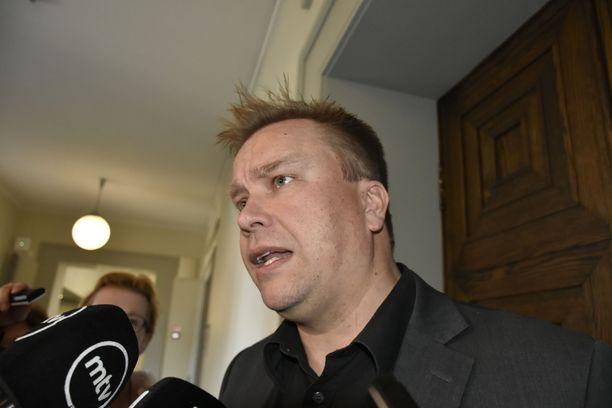 Antti Kaikkosen äänenpainot ovat päivä päivältä pehmentyneet, kun häneltä on julkisuudessa kysytty keskustan valmiudesta osallistua seuraavaan hallitukseen. Perjantaina hän jo kiitteli sitä, että keskusta on haluttu hallituskumppani monille muille puolueille.