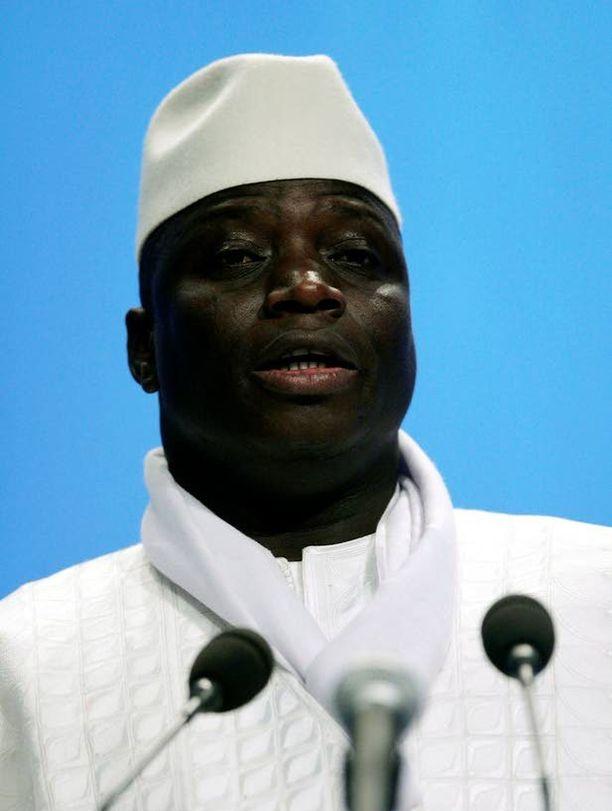 Gambiaa 21 vuotta hallinnut presidentti Yahya Jammeh uhkaa homoja väkivallalla.