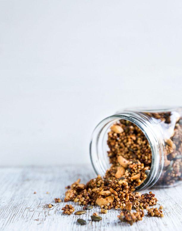 Välillä kannattaa kokeille, millainen granola syntyy tattarista.
