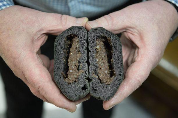 Munkkimiehet ovat tehneet mustastamakkarasta lihapiirakan.
