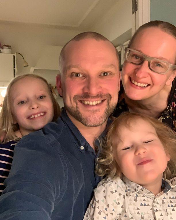 Koiviston perheeseen kuuluvat vanhemmat Tommi ja Satu sekä ensimmäistä luokkaa käyvä tytär ja päiväkoti-ikäinen poika.