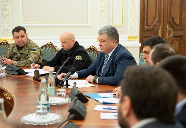 Ukrainan presidentti Petro Poroshenko kutsui koolle kansallisen turvallisuus- ja puolustusneuvoston kokouksen Kiovassa sunnuntaina alusvaltausten tiimoilta.
