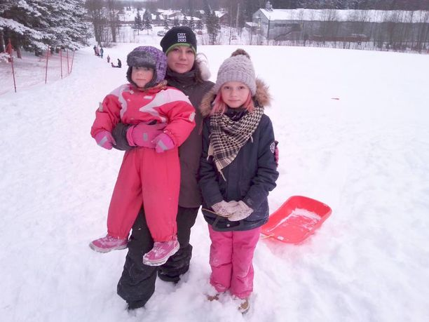 Minttu Sällman, Krista Ronkainen ja Nea Ronkainen laskivat eilen riemuissaan pulkkamäkeä Paloheinässä.