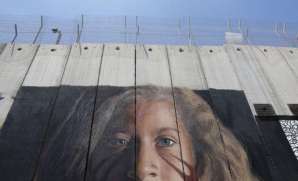 Israelin poliisi pidätti kaksi italialaista näiden maalattua kuvan Ahed Tamimista Länsirannan eristävään muuriin.