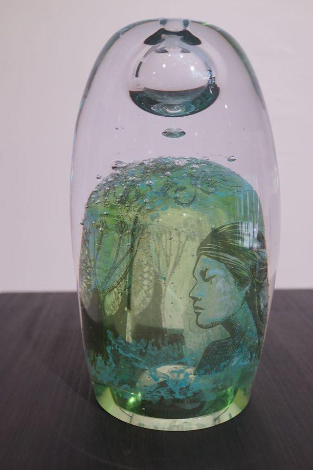Kuvassa yksi Majurin näyttelyn pääteoksista, Origo-veistos. Siihen on piilotettu esimerkiksi ajattomuuden symboli.