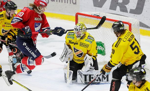 KalPan Niko Hovinen torjuu IFK:n Thomas Nykoppin tekemästä maskista huolimatta.