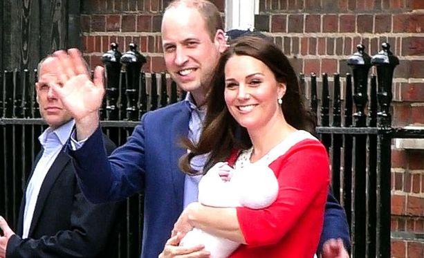 William ja Kate huomasivat yleisön joukossa tutun kasvon, jolle halusivat vilkuttaa.