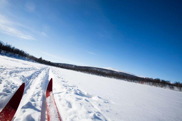 Kyseisellä laturetkellä on puheenjohtajan mukaan pitkät perinteet. Talkoolaiset olivat tehneet Kurjenrahkan kansallispuiston alueelle noin 40 kilometriä latua. Kuvituskuva.