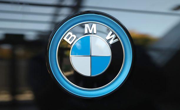 Poliisi pyytää yleisöltä tietoja moottoripyöräilijän kuoleman aiheuttaneesta onnettomuudesta ja mustasta BMW:stä. Kuvituskuva.