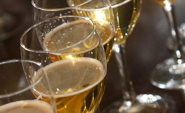 Etenkin alkoholittomien oluiden myynti on kasvanut merkittävästi Alkossa. Kuvassa alkoholittomia oluita IL:n makutestissä.