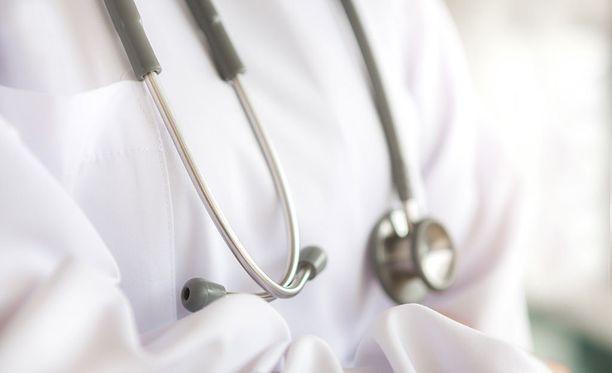 Ville Pöntynen on aiemmin sanonut, että hänen yrityksensä on joutunut toisten lääkäreiden silmätikuksi, koska heidän menetelmänsä eroavat erityisesti julkisen terveydenhuollon hoitokäytännöistä.