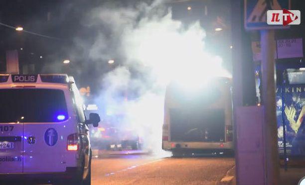 Bussin takaosa savusi voimakkaasti palossa.
