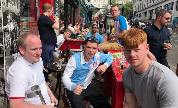 Michael (vas.), Michael Gavin ja Darren viettivät sunnuntaita paikallisessa pubissa.