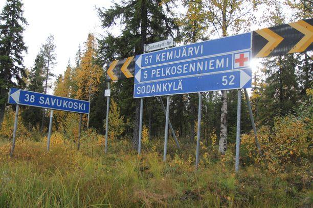 Tienviittoja Savukoskella. Kunnan pinta-ala on vajaat 6500 neliökilometriä. Savukoski on Suomen harvimpaan asuttu kunta.