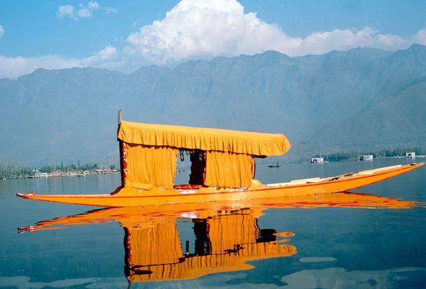 Kashmir tunnetaan järvistään ja vuoristaan.
