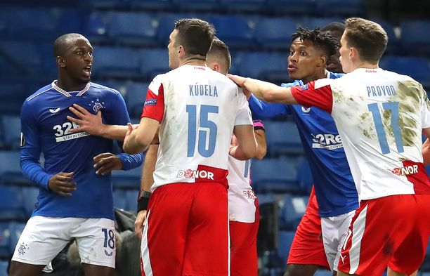 Glasgow Rangersin Glen Kamara (vas.) joutui Ondjej Kudelan (numero 15) rasistisen hyökkäyksen kohteeksi.