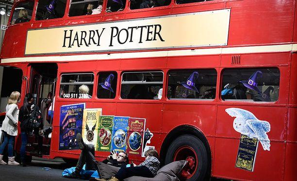 Harry Potter -bussi Helsingin kirjamessuilla. Kuvituskuva.