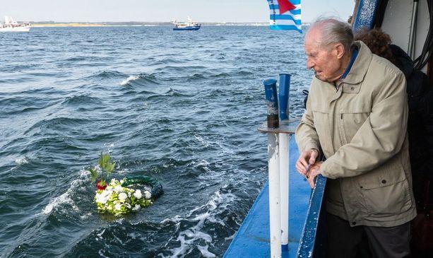Wim Alosery laski kolme vuotta sitten mereen kukkaseppeleen Cap Arconan ja Thielbekin laivoissa olleiden uhrien muistolle.