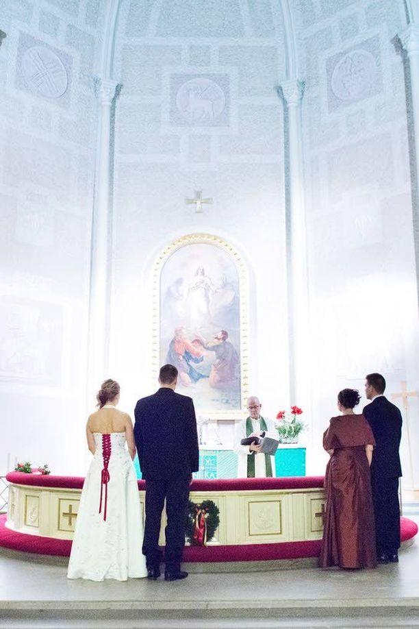 Enemmistö evankelisluterilaisista kuuluu kirkkoon seremonioiden takia. Vuonna 2013 puolet solmituista avioliitoista oli kirkollisia vihkimisiä.
