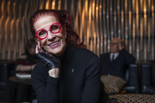 Aira Samulin täytti hiljattain 92 vuotta. Hän kehottaa juhlimaan aina, kun siihen on mahdollisuus.