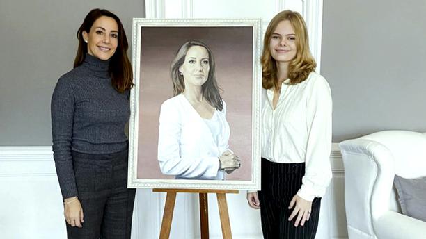 Nina (oik.) ikuisti tauluun Tanskan prinsessa Marien (vas.), joka toimii Tanskan autismiliiton suojelijana. Marie kutsui Ninan vieraakseen Amalienborgin linnaan.