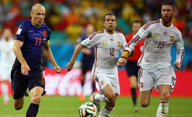 Arjen Robben (vas.) juoksi perjantai-iltana karkuun Espanjan Jordi Albalta ja Sergio Ramosilta.