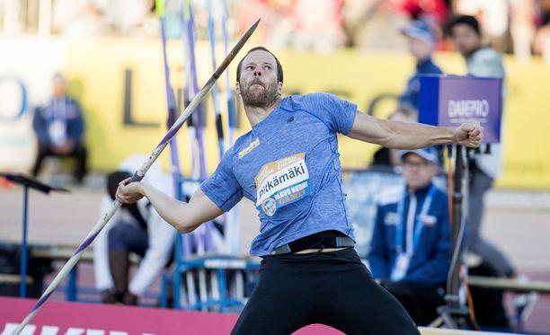 Tero Pitkämäki sanoo, että päänuppi on kovilla, kun hän tekee ensimmäisen heittoharjoituksen eturistisidevammansa jälkeen.