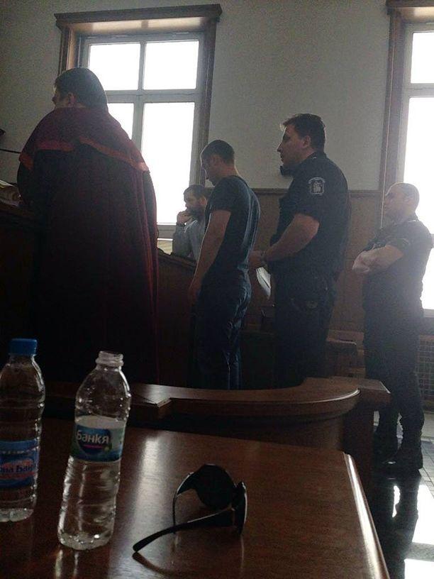 Oikeudenkäynti Bulgariassa. Kuvassa keskellä syytetty.
