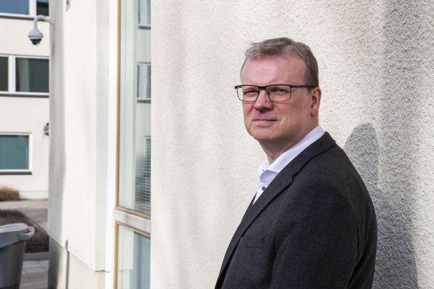 THL:n pääjohtaja Markku Tervahauta käyttää itsekin maskia tarpeen mukaan.