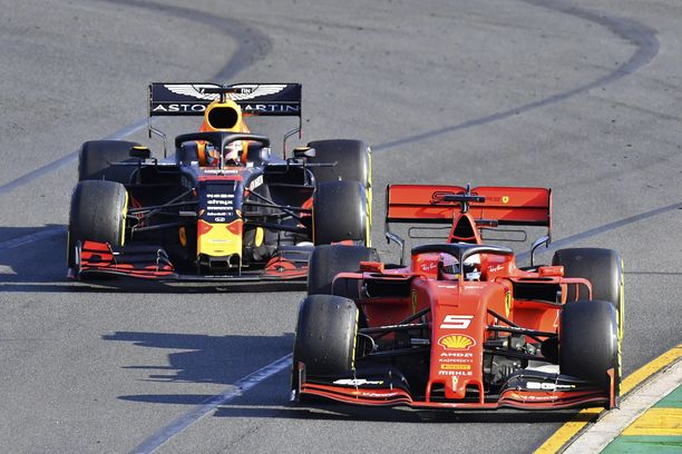 Max Verstappen (vas.) hiillosti pitkään Sebastian Vetteliä ja painoi lopulta DRS-suoralla ohi.
