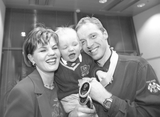 Suvi, Benjami ja Mika Myllylä kultajuhlissa talvella 1998.