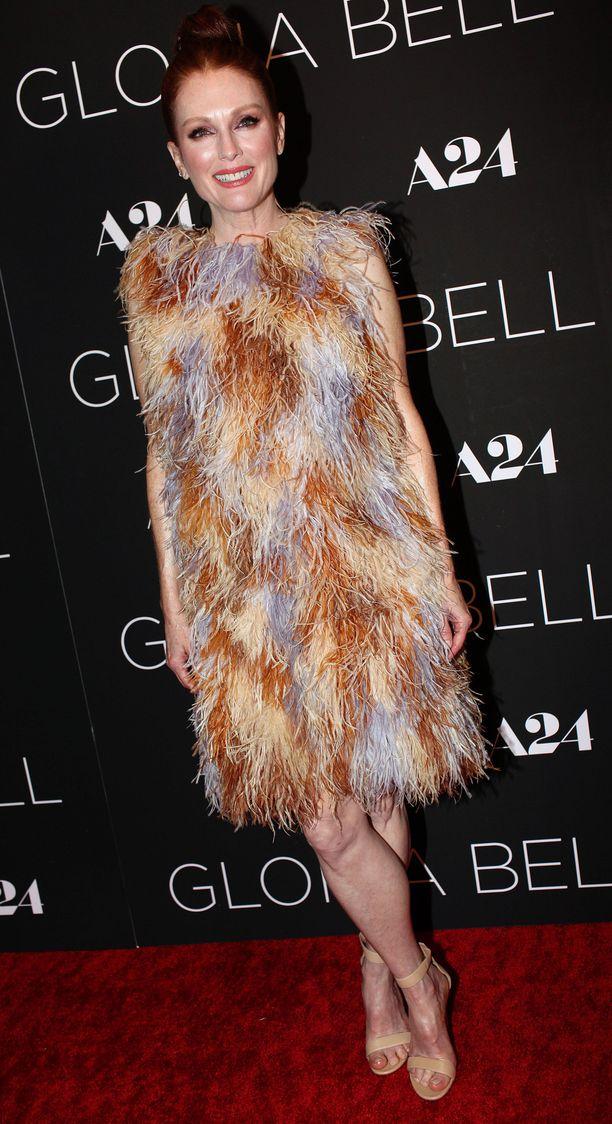 Julianne Moore näyttelee Gloria Bell -elokuvassa huoletonta eronnutta naista, joka ajautuu yllättäen kiihkeään romanssiin.