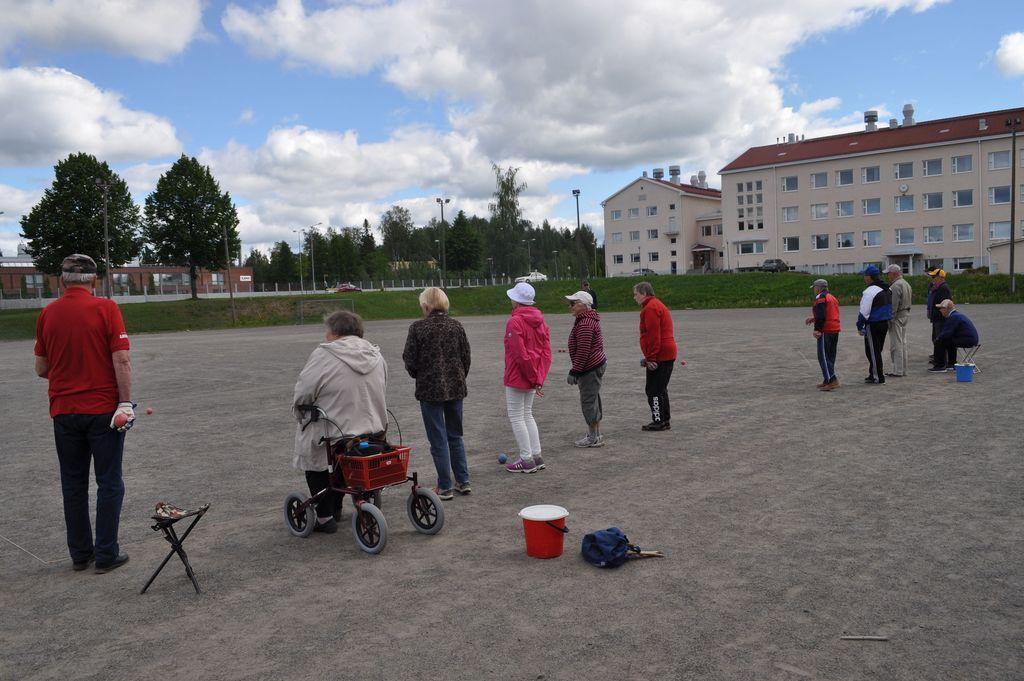 Mikkeliläiset eläkeläiset kokoontuvat kesäisin kerran viikossa pelaamaan bocciaa.