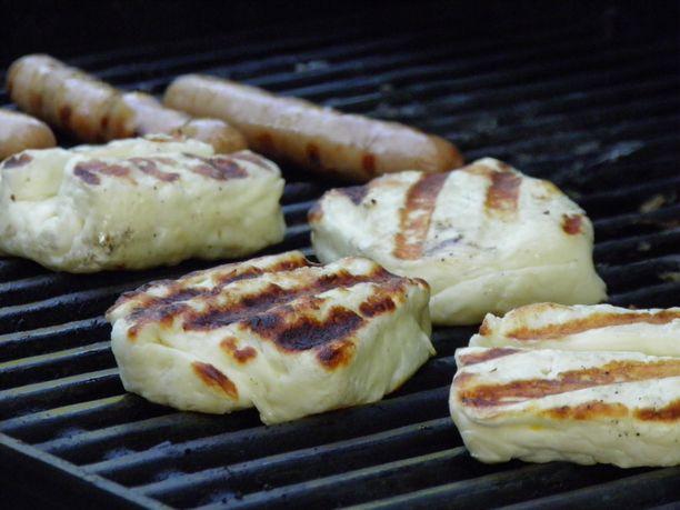 Halloumi päätyy myös monen suomalaisen grilliin ja lautasalle.