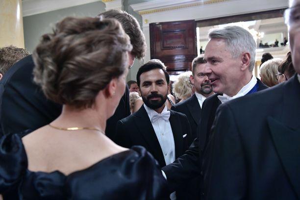 Pekka Haavisto ja hänen puolisonsa Antonio Flores pohtivat Linnan juhlissa matkaavansa ehkä Helsingin pormestari Jan Vapaavuoren isännöimille jatkoille.
