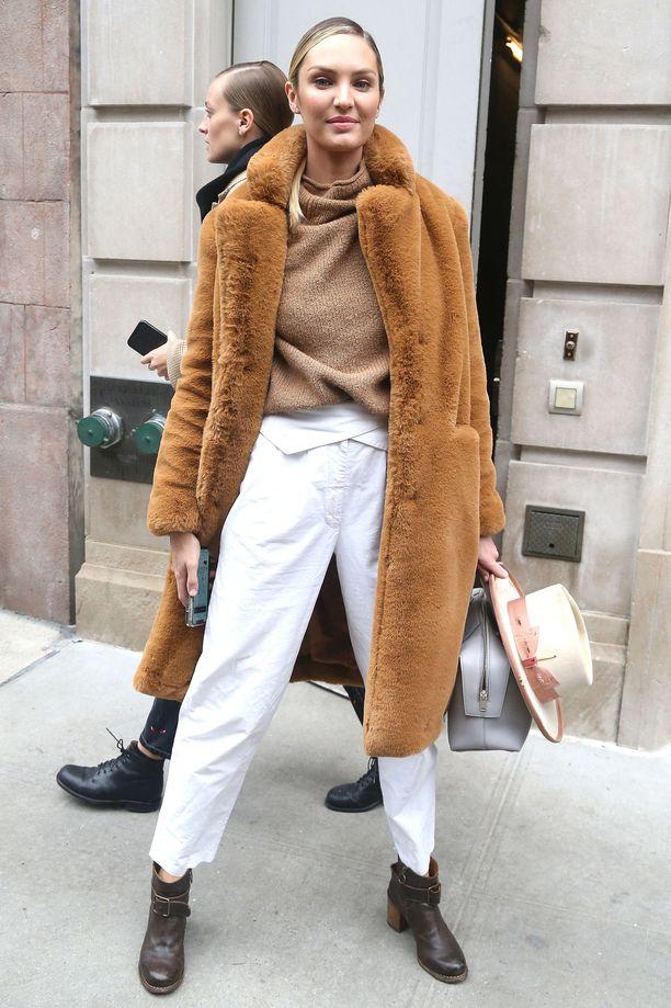 Candice Swanepoel näyttää, että valkoinen onkin paras väri housuihin talvella! Fressi valkoinen raikastaa asun heti.