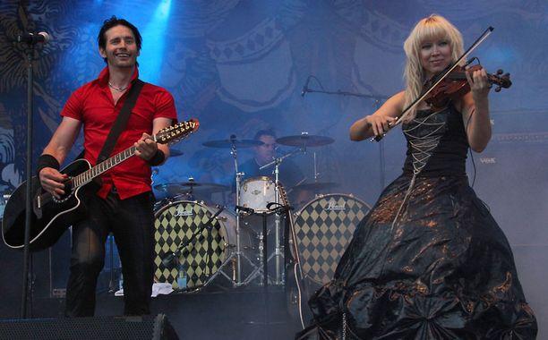 Huippukolmikosta ensimmäisenä esiintynyt Lauri Tähkä & Elonkerjuu keräsi kentän täyteen yleisöä.