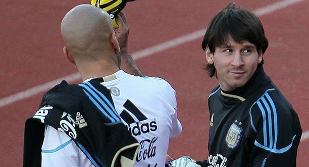 Juan Sebastian Veron (vas.) ja Lionel Messi tulevat toimeen niin kentällä kuin sen ulkopuolellakin.