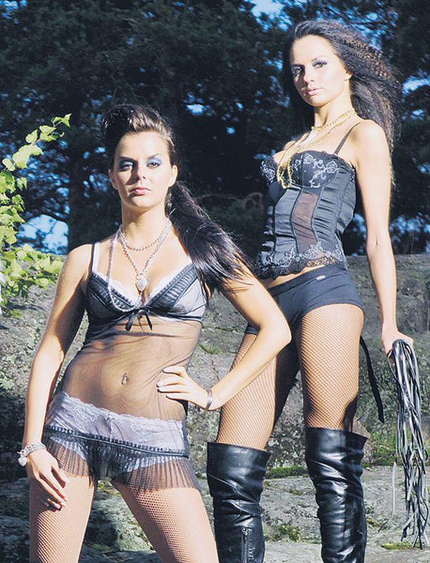 Miss Suomi -finalistit Satu ja Mariel poseeraavat mainoskuvissa verkkosukissa ja domina-saappaissa.
