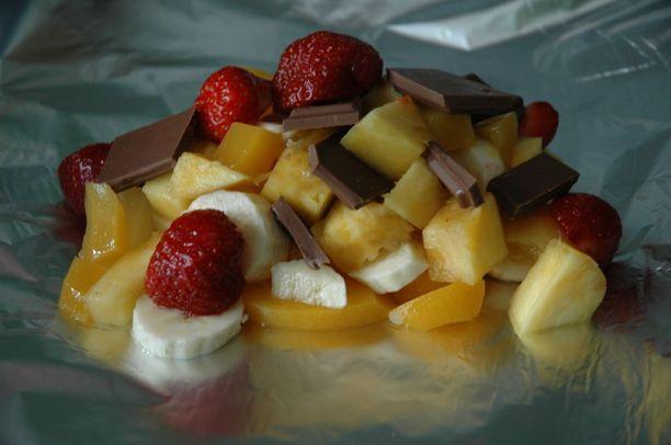 Raikkaita marjoja ja suklaata kääräistynä folioon.