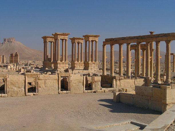 Kuvassa näkyvä neljän pylväsrakennelman ryhmä, tetrapylon, on tuhottu Isisin toisen valloituksen jälkeen.