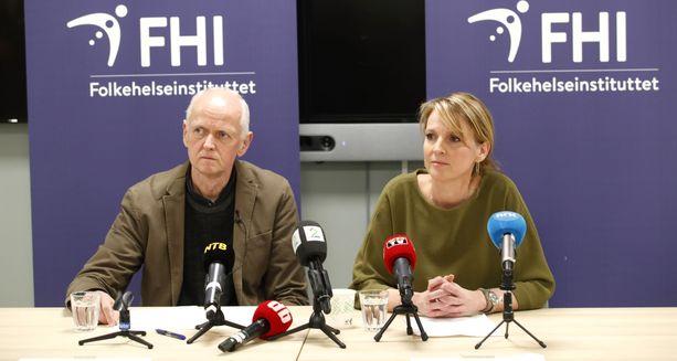 Norjan kansanterveyslaitoksen johtajat Geir Bukholm (vas.) ja Line Vold puhumassa tiedotustilaisuudessa maan koronavirustilanteesta.
