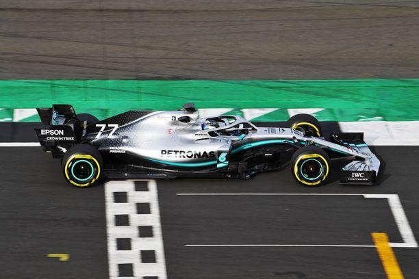 Mersun uusi W10-auto otti ensiaskeleensa Silverstonen radalla.