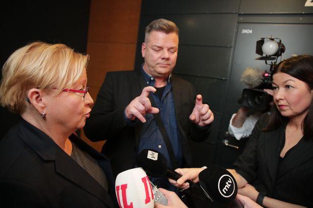 Asianajaja Riitta Leppiniemi (vas.) kertoi Jari Sillanpään syytteistä hankalissa olosuhteissa toimittajajoukolle. Pääkäsittely oli salassapidettävä, ja Sillanpään vastaukset eksyivät ajoittain puheoikeuden rajamaille.