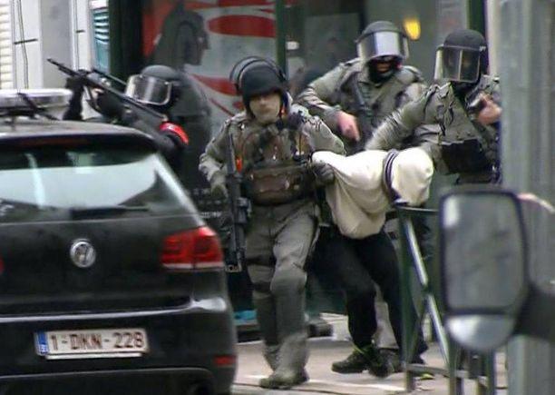 Pariisin iskun ainoa eloonjäänyt tekijä Salah Abdeslam otettiin kiinni Brysselissä perjantaina.