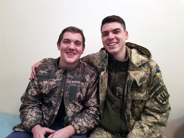 Hammaslääkäri Andrii Pikula (oikealla) ja potilas Ihor ovat ystävystyneet sotasairaalassa.